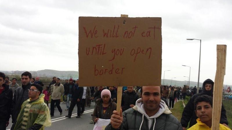 Los refugiados protestan el cierre de la frontera de Grecia con Macedonia, marzo 2016. Lynne Jones.